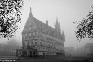 architectuurfotografie gouda in de mist zwart wit