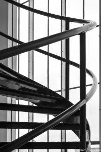 architectuurfotografie van nelle draai trap