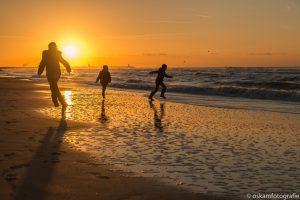 zonsondergang scheveningen spelende kinderen